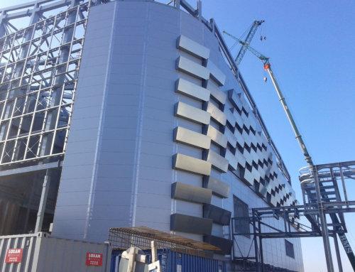 Устройство конструкций для крепления фасадных элементов завода по утилизации отходов с горнолыжным склоном в Копенгагене