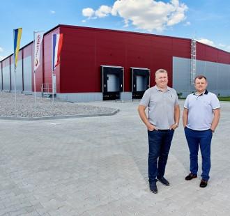 Юрій Шутовський & Сергій Лук'яненко, позаду складська будівля UA0706 HatchTech
